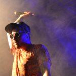Gel e maglietta fresca, cappellino e occhiali da sole, Leo Pari sul palco è una mina [report + foto]
